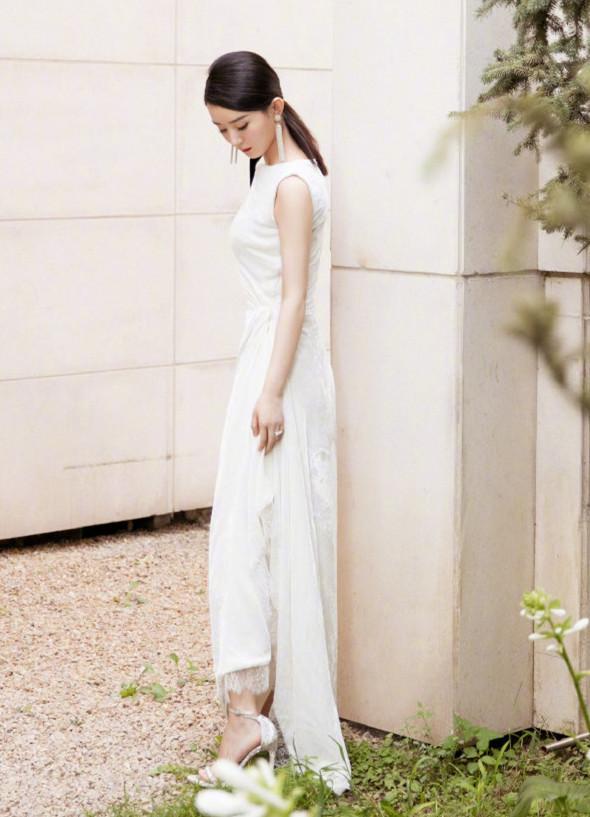 赵丽颖正式复出!身穿白色礼服现身,时隔四百天回归状态佳!