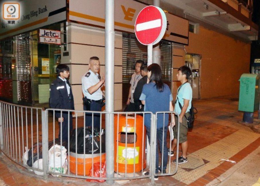 内地游客在香港当街被抢,手及腹部受伤,损失1.4万元
