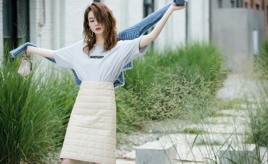 戚薇的外型从不令人掉望,下身穿T恤下面羽绒半身裙,网友打扮太吸引人