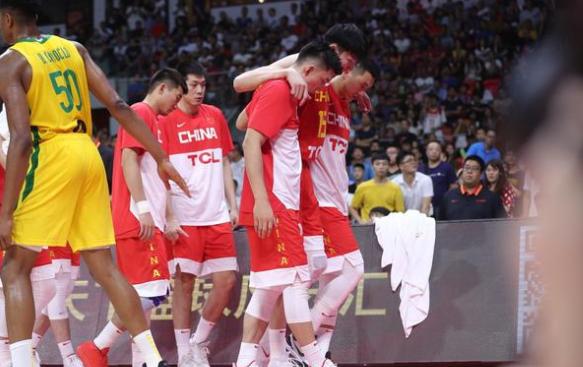<b>周琦在与巴西热身赛中受伤退场中国男篮遭重创:怕什么来什么</b>