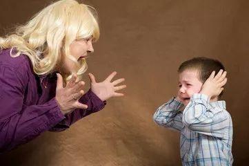宝宝摔倒后扶不扶?你的4种反应决定了孩子未来的性格