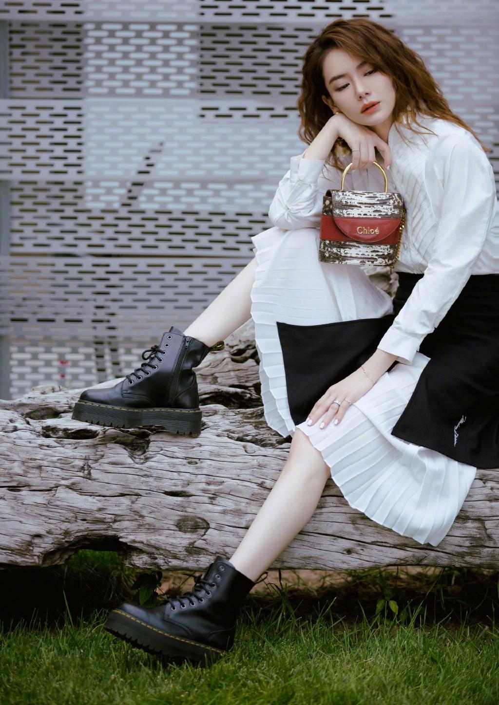 戚薇最新时尚造型,穿立领上衣配百褶裙气场全开,随性发型搭配可爱又少女