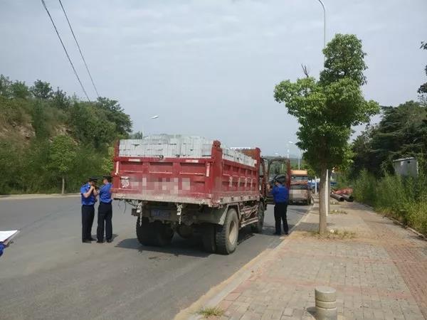 """城管部门突查散装货物和建筑渣土运输车,12辆车""""中招"""""""