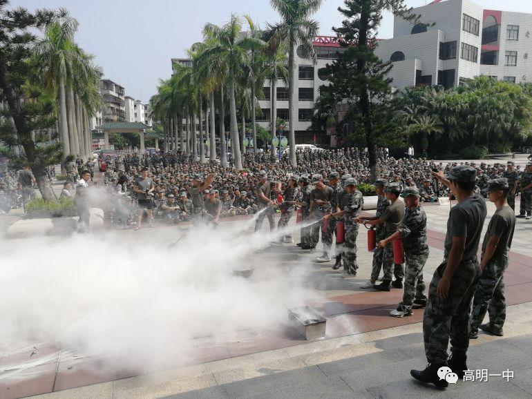 学生代表使用灭火器灭火