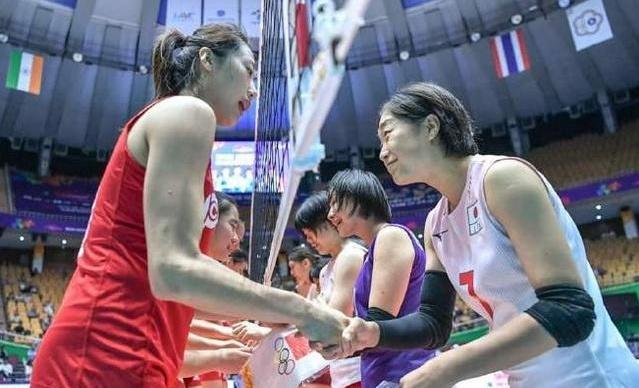 <b>日本队行礼引热议!比赛还未结束就以为赢了?中国女排凭3点制胜</b>
