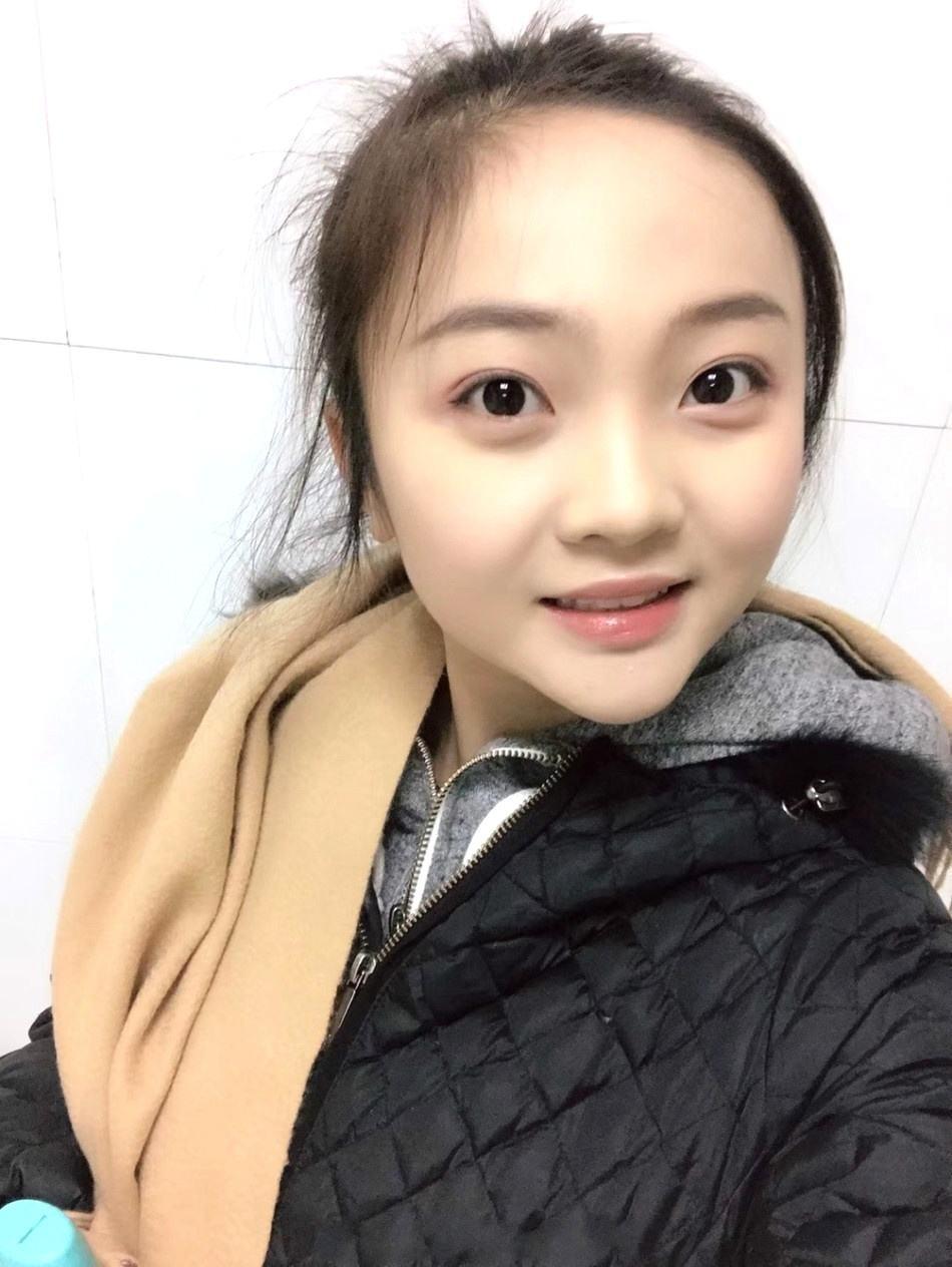20岁林妙可现身活动脸部圆润身材丰腴,撞脸沈腾老婆
