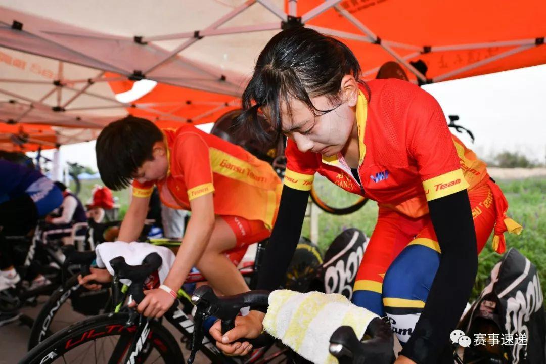 穿沙观海 2019年全国公路自行车锦标赛个人计时赛在乌海湖畔举行图片