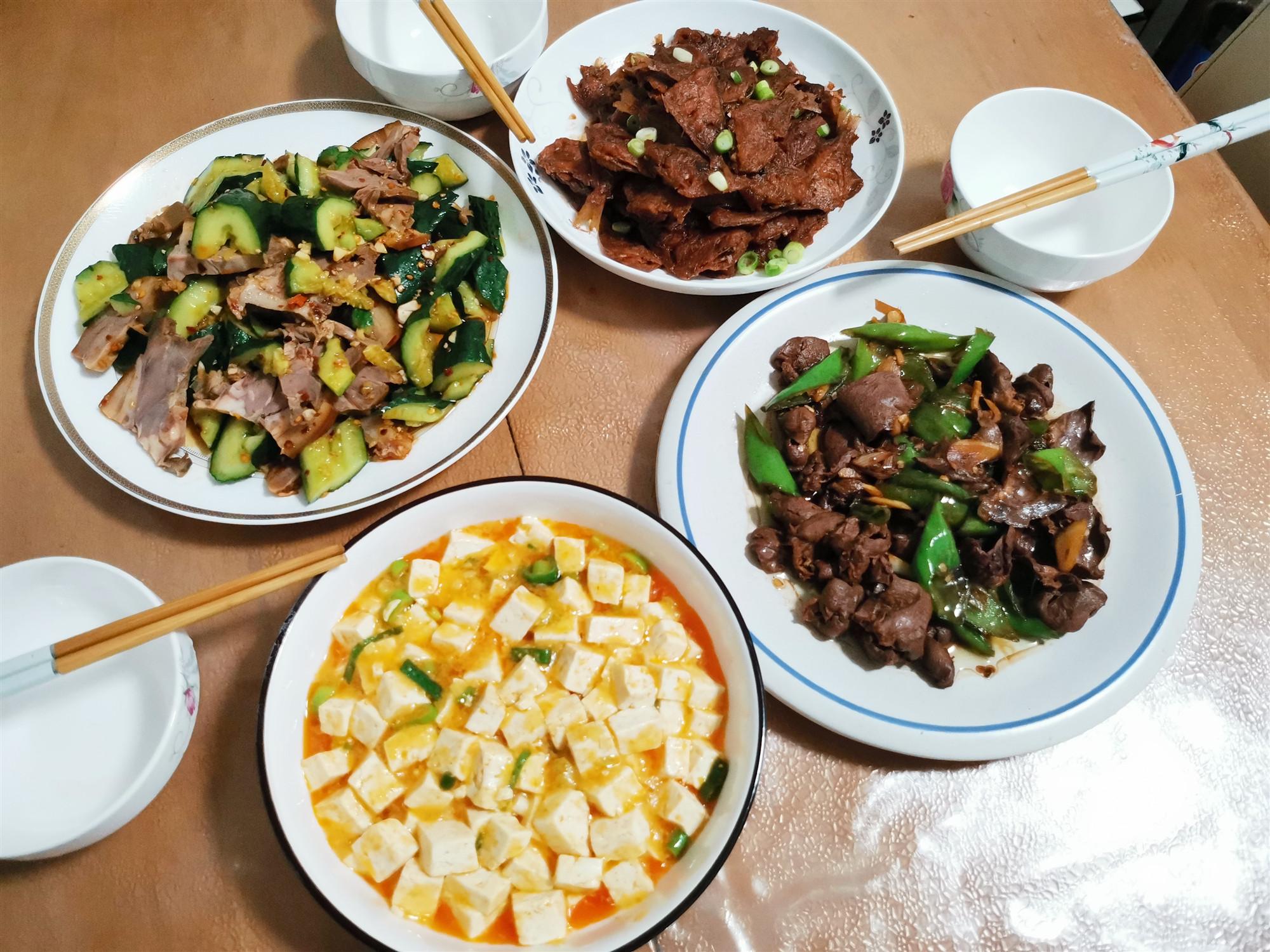 周末晚餐,做了4个菜,有肉有鱼,成本花了60块钱,真实惠