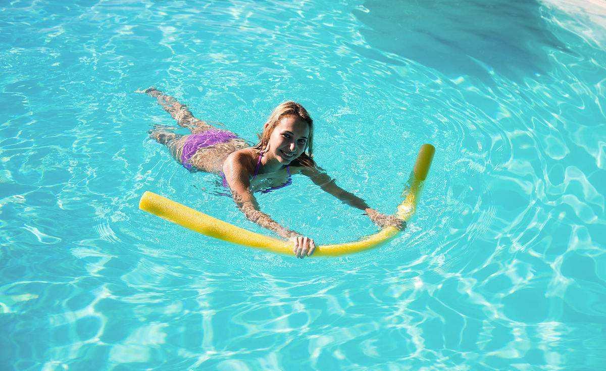 女大学生游泳意外怀孕,向游泳馆索赔50万,查明真相后父母哭了!