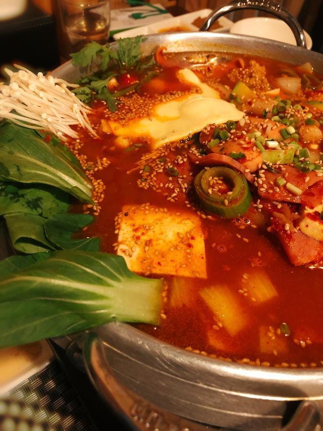 开在北京停车场里的韩国料理店,很多人慕名去吃,炸鸡味道超地道