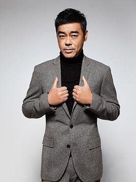 刘青云独自看医生一脸病容,遇路人围观耐心回应