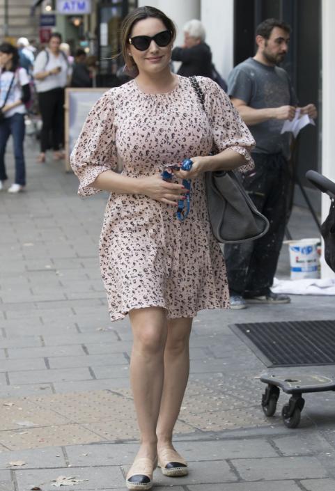 曾經的英超女神,如今140斤現身熱鬧街頭,卻無路人圍觀?