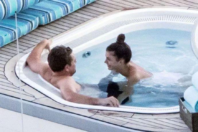 北京洗鸳鸯浴狠狠撸_莱昂纳多与新女友意大利洗鸳鸯浴被拍!照片太火爆,这身材太辣
