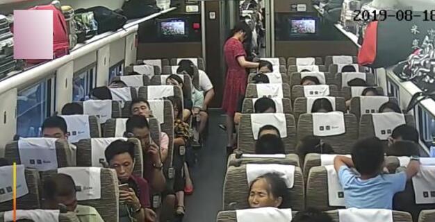 高铁让座反被打,女子哭问:让座错了吗?打人者:那是你应该的!