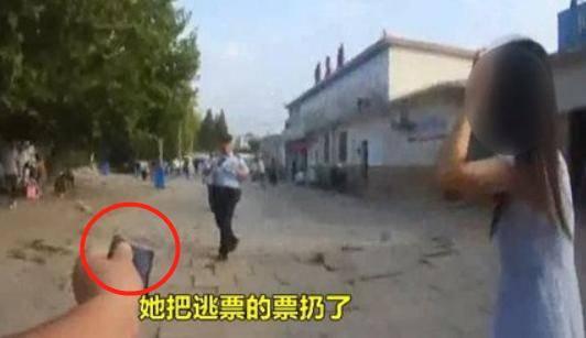 """""""几块钱的事""""!奇葩女坐火车买短乘长,怒摔警察手机:快让我走"""