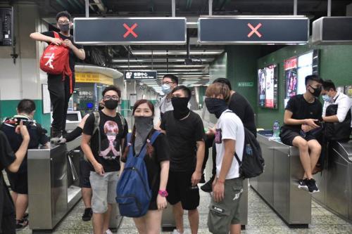 香港暴徒再闹港铁:喷涂鸦、小便、欺辱职员……(图)_控制室