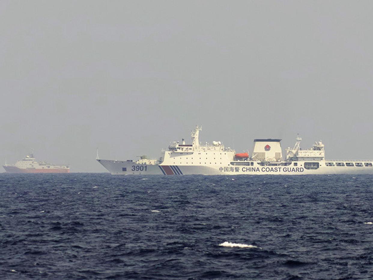 美卫星侦察到南海震撼一幕:20艘巨舰一字排开,越南小船四处逃散