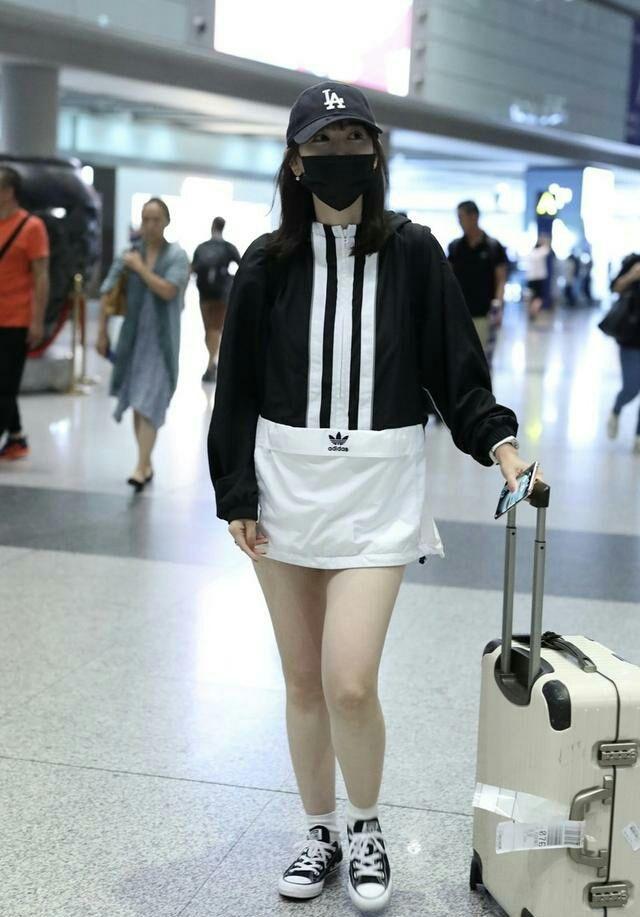马蓉机场又穿一身名牌,真有几分明星的样子,但是大粗腿太抢镜!