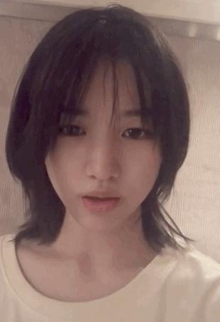 汪峰14岁女儿玩直播,跟葛荟婕几分神似,唱歌天赋有父亲的基因