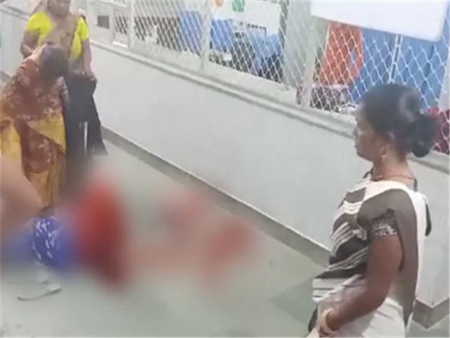 孕妇临盆送往医院,被告知没床位,无奈在走廊产子,血流一地