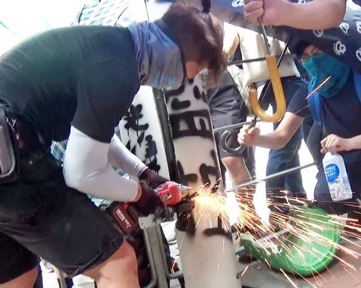 画风清奇,香港暴徒开始锯灯柱…