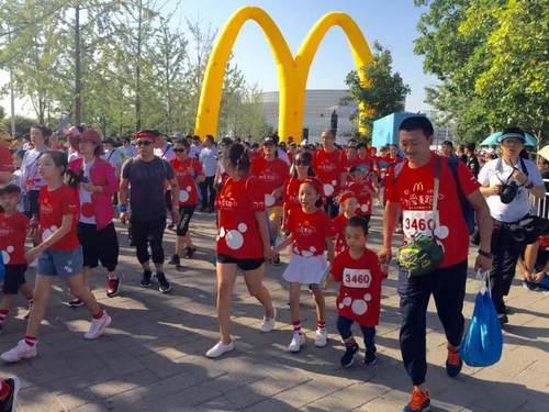 """三千家庭北京""""为爱麦跑""""  全国4.5万人共同助力""""麦当劳叔叔之家""""_中国"""