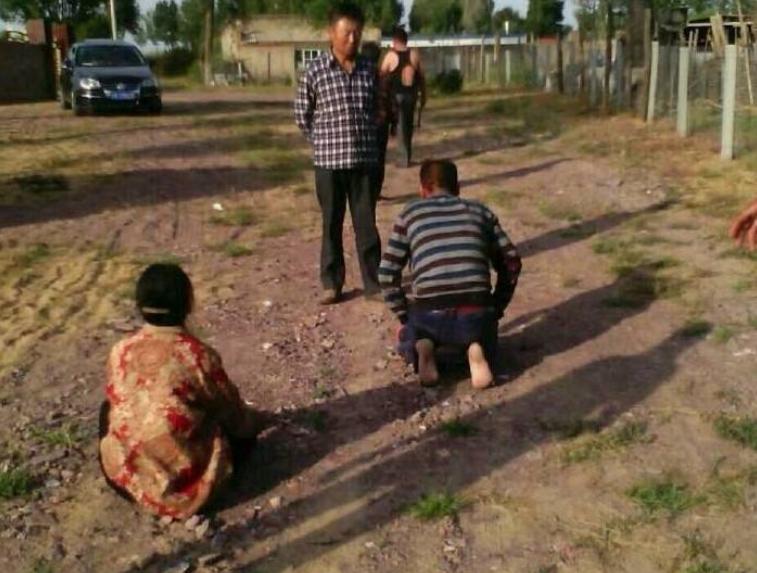 十年前父母被逼下跪遭打,十年后儿子刀砍打人者,得到谅解获缓刑
