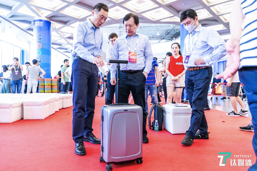 灵动科技发布OVIS侧跟行李箱,可以自动跟随、智能躲避障碍 | 钛快讯