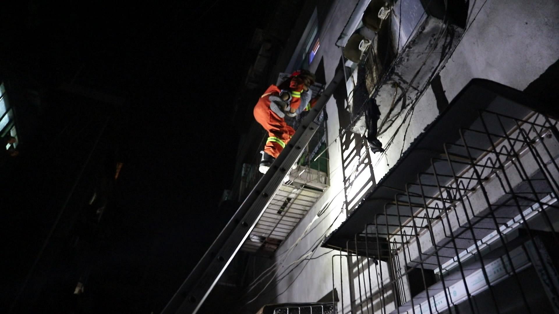 """湖北十堰:""""熊孩子""""一人在家上演惊险一幕消防架设""""生命之梯""""化险为夷"""