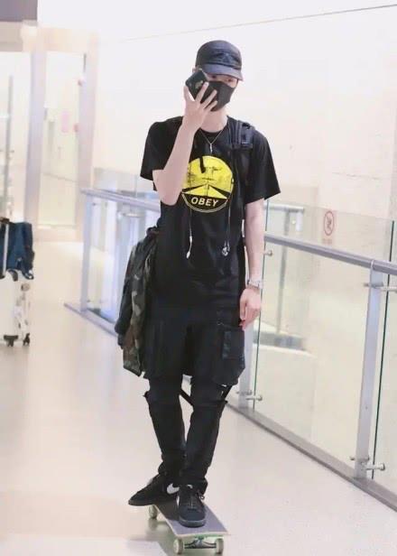 """有种机场照叫王一博,看到他的""""签名袜"""",网友:跪求同款"""