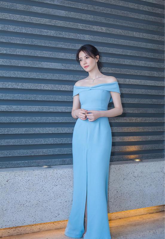 皮肤白皙的高圆圆,身穿蓝色露肩连衣裙好美,性感迷人,尽显玲珑曲线