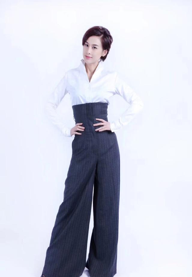 她嫁给杨子,演的作品基本都自己投资,36岁穿透视裙性感又优雅插图(4)