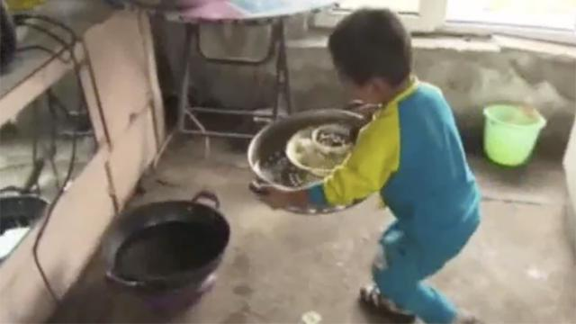 父母离婚后不知去向!5岁男童洗衣做饭照顾瘫痪爷爷 撑起一个家