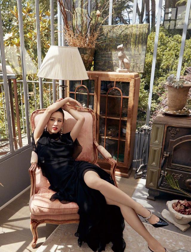 她嫁给杨子,演的作品基本都自己投资,36岁穿透视裙性感又优雅插图(3)