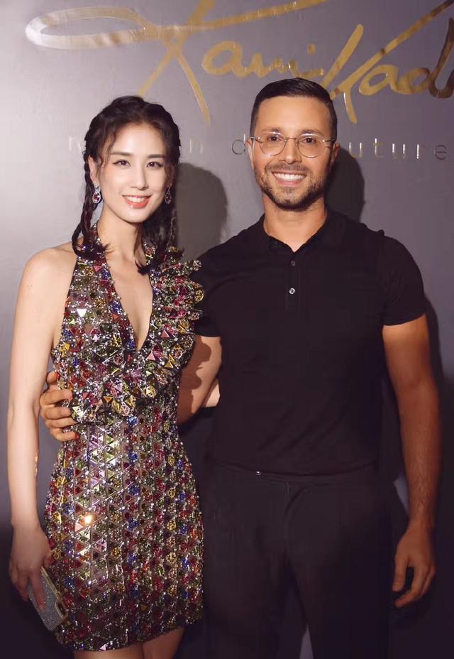 她嫁给杨子,演的作品基本都自己投资,36岁穿透视裙性感又优雅插图(7)