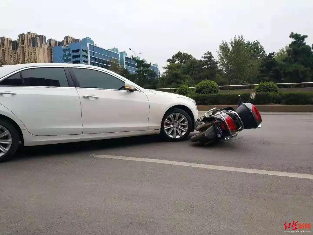 凯迪拉克车主因剐蹭竟棒打电动车主致骨折,警方已立案调查_王某