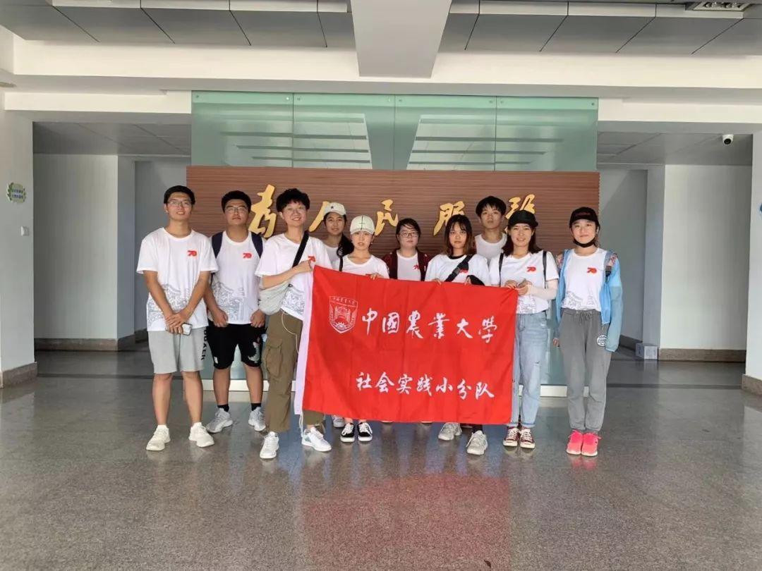 2020年4月18日,游客在山东省烟台市福山区门楼镇拍照游玩。
