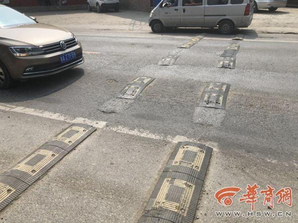 西安纺渭路多处减速带破损缺失 有车主轮胎被螺栓扎破