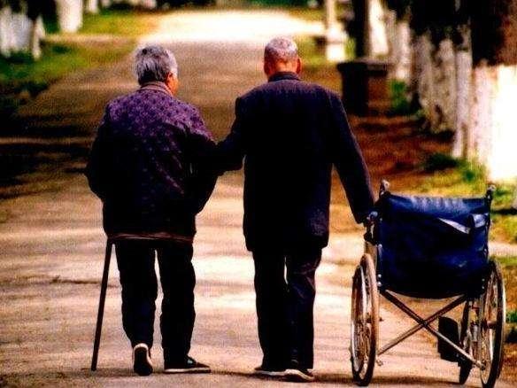 """<b>""""养儿别指望能防老"""",老人的话现实又无奈,但年轻人有啥办法</b>"""