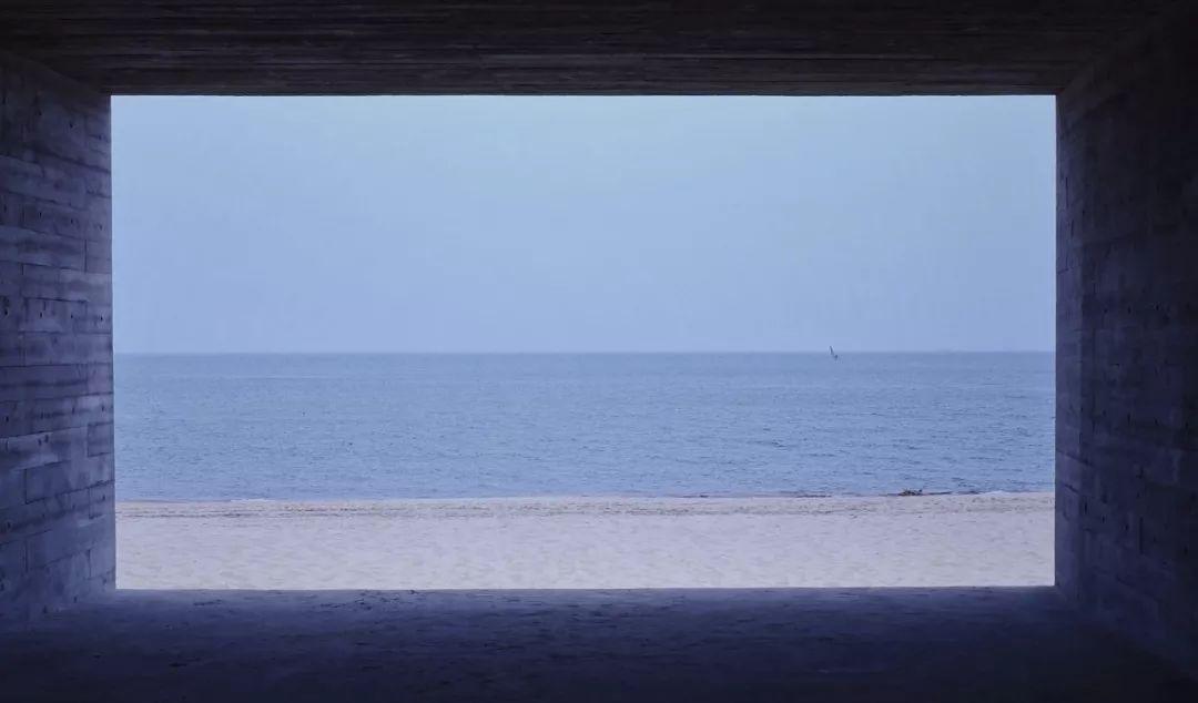 @Mengqi Chen 特别美好的一幕  @馮 在一年前很相爱的男友精神出轨,我浑浑噩噩地上班一段时间,觉得自己精神处于崩溃又压抑的状态,所以决定去了福建漳州。海是雾蓝色,太阳晒着的时候会出现星星。游人少的时候,我就一人走在海边,把帽子压低,遮住些红眼眶,然后默默绕着沙滩边走几个来回。  @WANGYAYUAN 好久没看海了呀。上一次还是17年的4月,北方的海边太冷啦。我以为 会穿着我那件温柔的浅粉色毛衣 站在他面前然后笑的眼睛都弯了,可是我却穿着像男孩子一样的阔腿裤和帽衫,一个人走在海边,吹的我鼻子