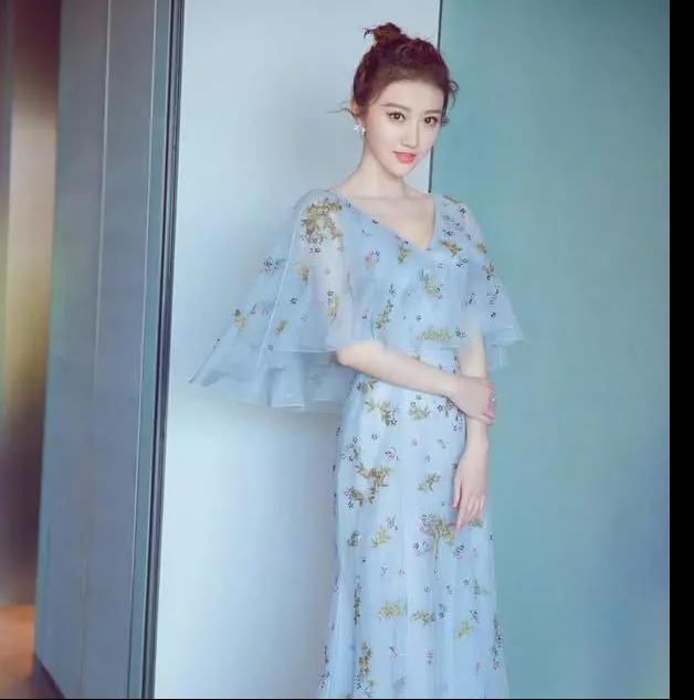 景甜的时尚穿搭,御姐风、女神范,她的甜你喜欢哪一个?