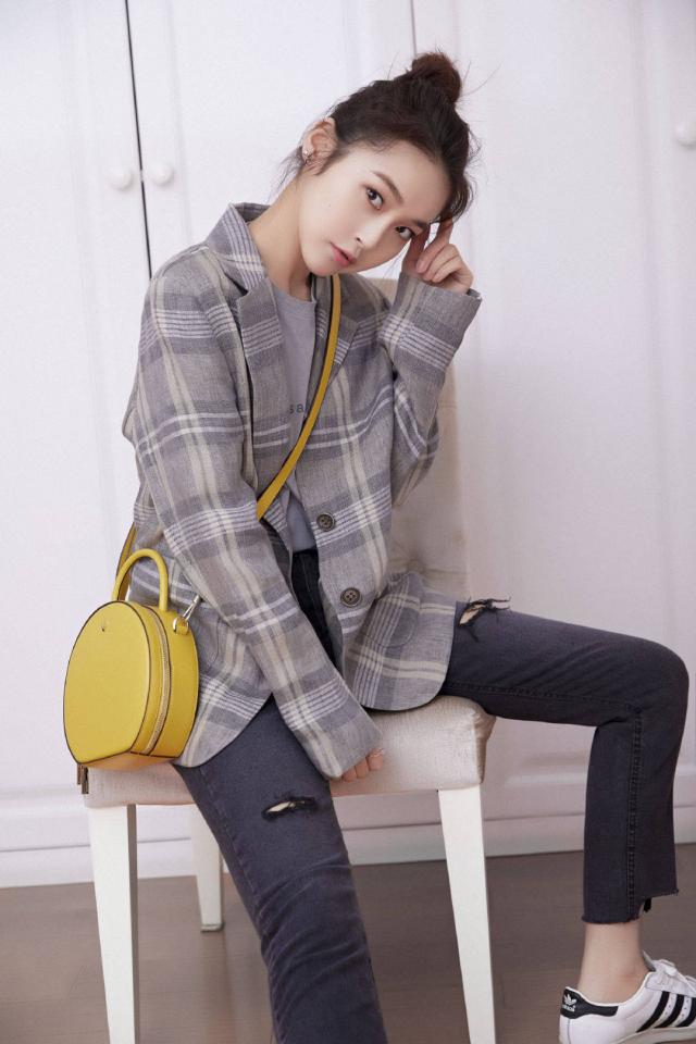 张佳宁的可爱穿搭,格子衬衫+随性的pose真是又有颜又舒心呢