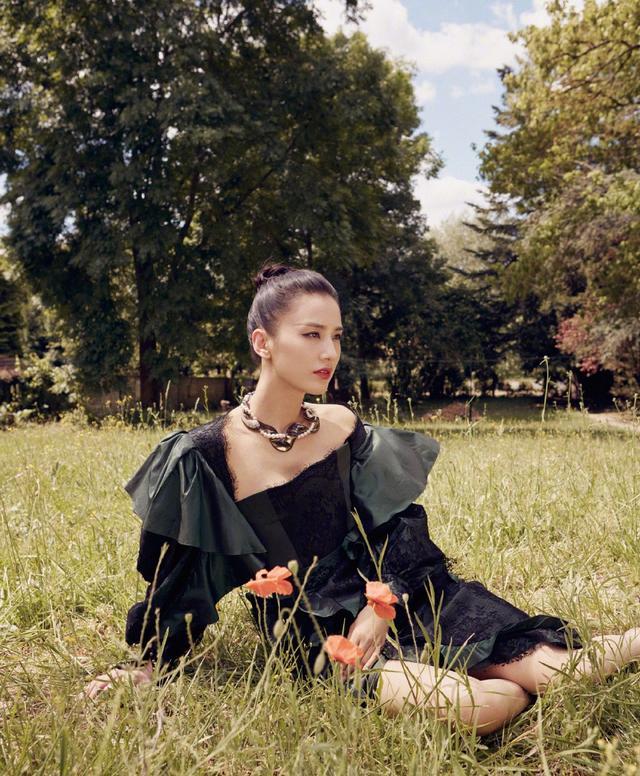 她嫁给杨子,演的作品基本都自己投资,36岁穿透视裙性感又优雅插图