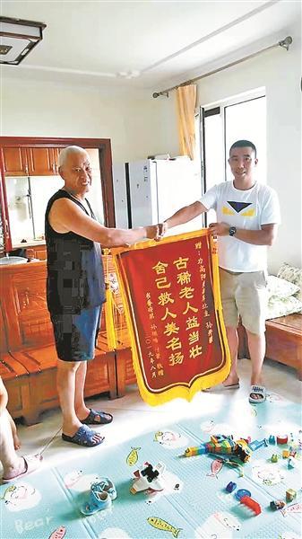73岁退役老兵救起女童:我是老兵,我要给军旗增辉