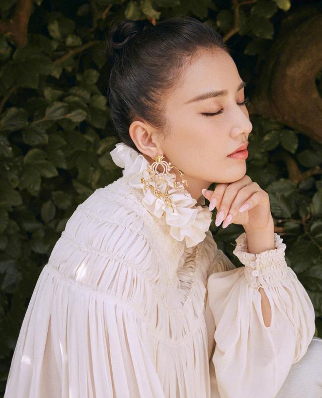 她嫁给杨子,演的作品基本都自己投资,36岁穿透视裙性感又优雅插图(1)