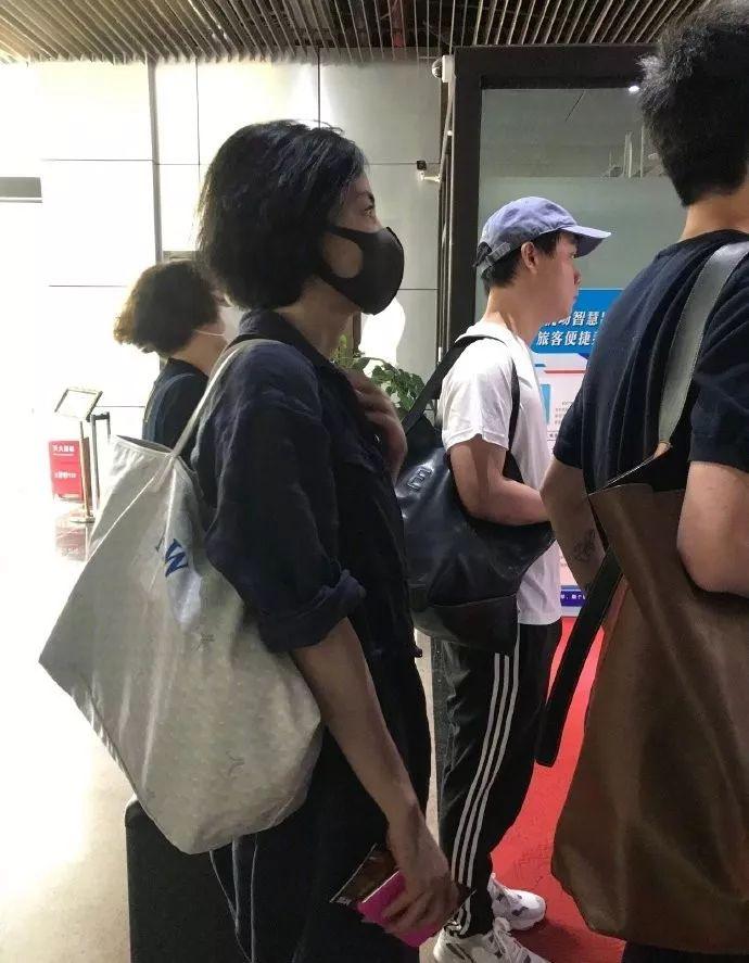 50岁王菲机场偶遇被拍,穿型男套装!沉浸16年录新专辑复出?
