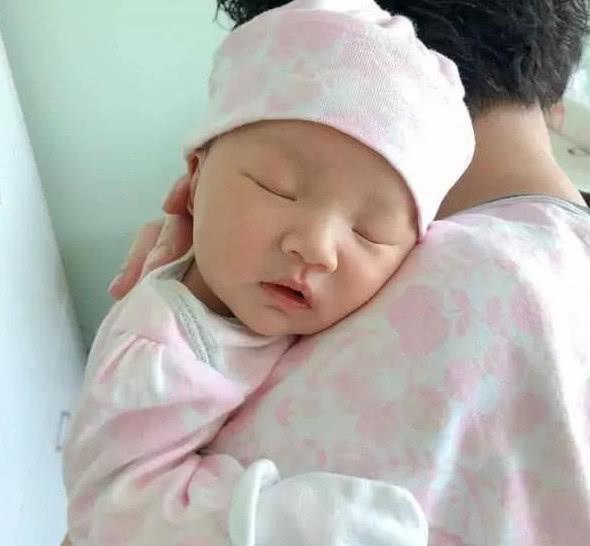王祖蓝女儿近照曝光,看到女儿的鼻子,网友:这是亲生的