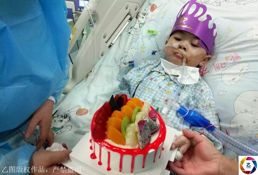 夫妻跪求甜品店老板,赊一个蛋糕给重病孩子,想满足他的生日愿望