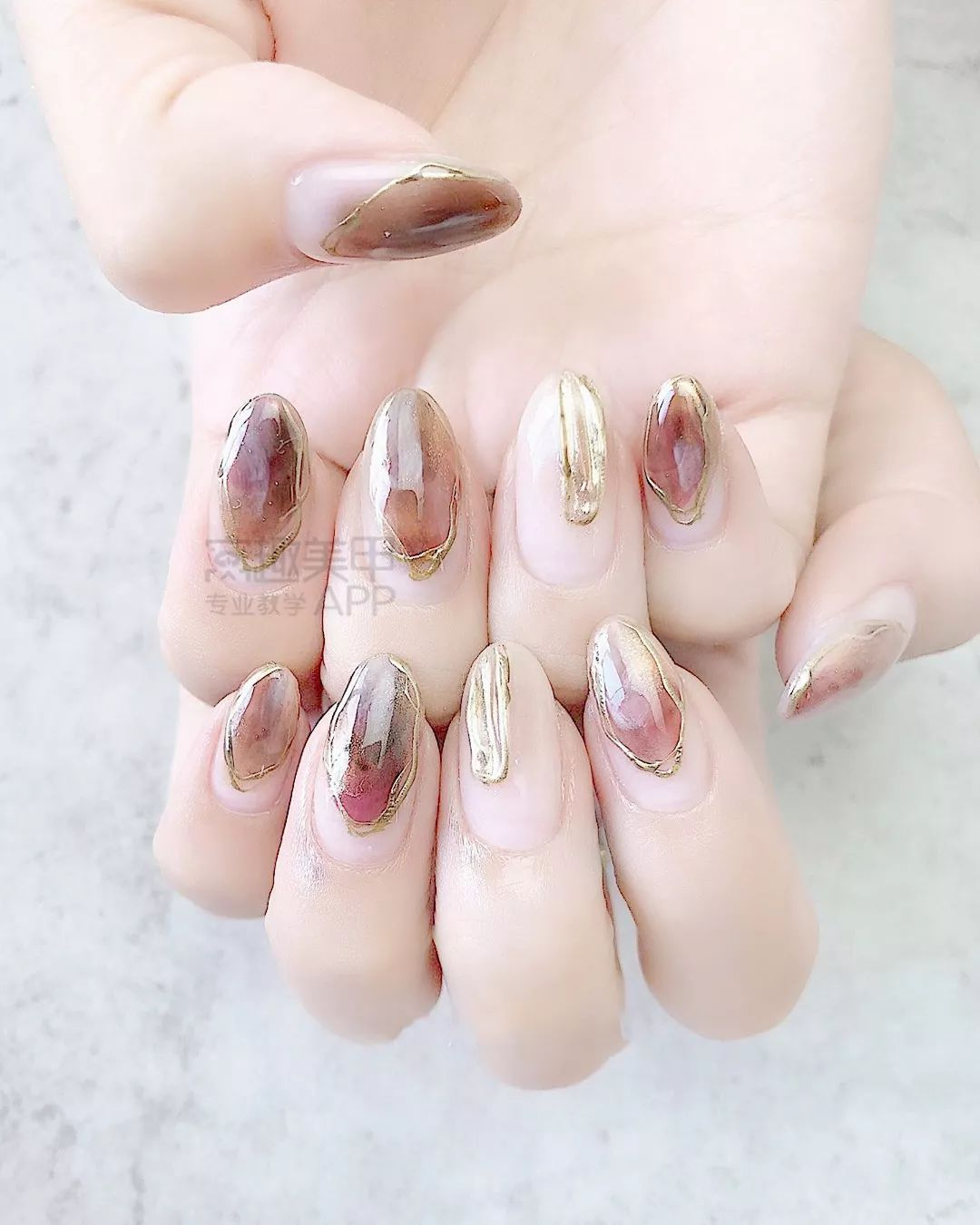 瞧 超女人的长指甲诶