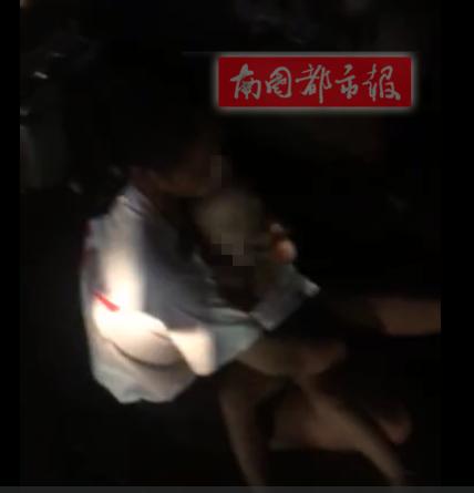 海口一轿车撞伤一对母子,司机不仅拒不下车还在车里抽烟,引起围观市民愤怒